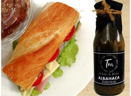 Sandwich de queso y jamón con aderezo de Albahaca