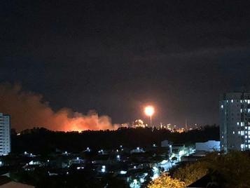 Incêndio em área de mata na Revap mobiliza bombeiros em São José dos Campos