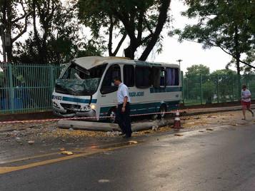 Motorista perde controle e derruba poste em acidente em São José dos Campos