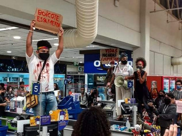 Ato contra assassinato de homem negro em Porto Alegre reúne 150 pessoas no Carrefour de São José