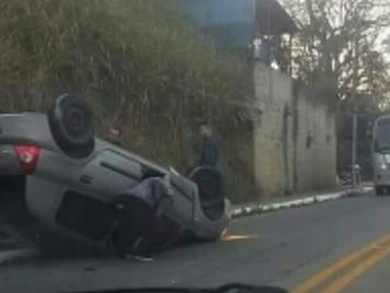 Motorista perde controle e capota carro na SP-50 em São José, SP