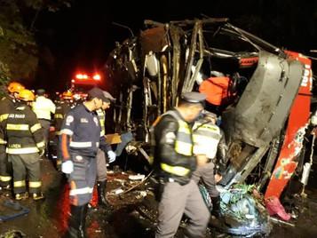 Ônibus capota e deixa 10 mortos e 51 feridos na rodovia Floriano Rodrigues Pinheiro