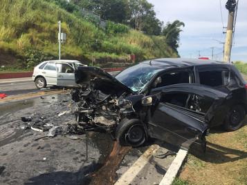 Homem morre e três ficam feridos em acidente na Vila Industrial em São José dos Campos