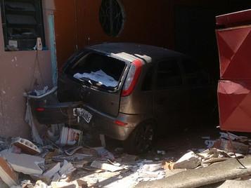 Mulher fica ferida após perder controle de carro e invadir casa em São José