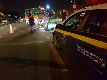Motociclista morre em acidente com caminhão na Fundo do Vale em São José dos Campos