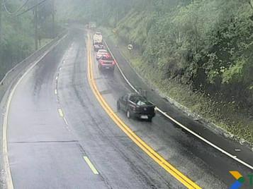 Com chuva, trecho de serra da Rodovia dos Tamoios tem risco de interdição