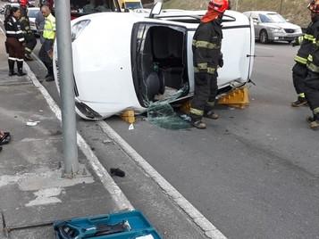 Motorista fica ferida após carro tombar no Anel Viário em São José dos Campos