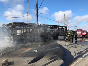 Moradores da zona leste de São José queimam ônibus após morte de jovem em ação da PM