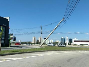 Acidente de carro derruba poste em São José dos Campos