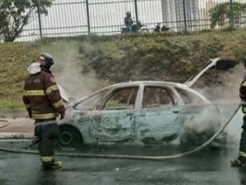 Carro pega fogo na marginal da Dutra e mobiliza bombeiros em São José dos Campos
