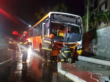 Motorista fica preso nas ferragens após ônibus bater contra poste em São José dos Campos