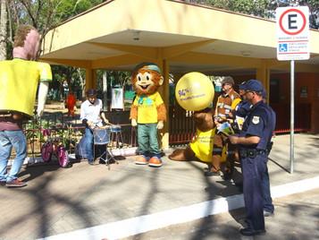 Mico e bonecões orientam sobre trânsito nas portas das escolas