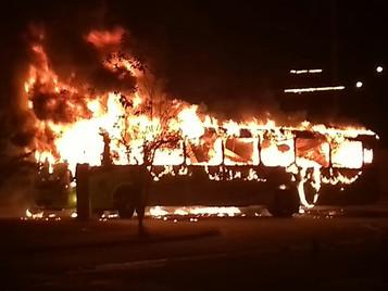 Ônibus é queimado na zona sul de São José dos Campos