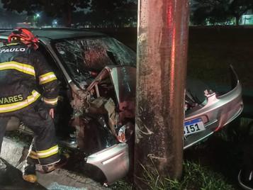 Homem fica ferido após bater carro em poste em São José dos Campos