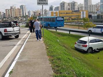 Motorista bêbado bate em viatura policial, sai da pista e dorme no canteiro do Anel Viário de São Jo