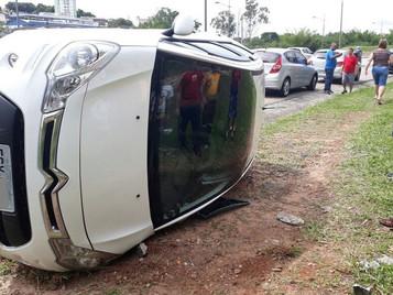 Mulher capota carro na avenida Mário Covas em São José dos Campos