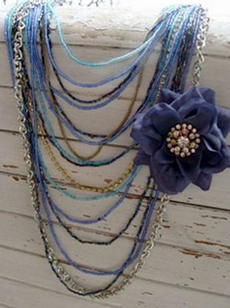 FEELING BLUE FLOWER NECKLACE