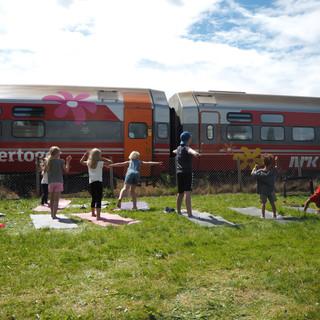 Yogademonstrasjon for Sommertoget