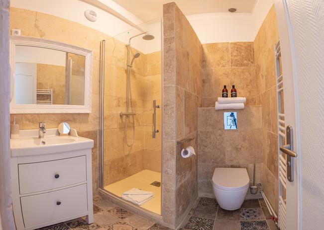 Salle de bain carreaux de ciment et douche à l'italienne