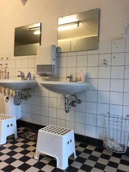 Waschbecken mit Hockern