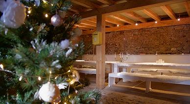 Salle mulitfonctionele avec table de repas et coin salon.