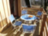 Elke vakantiewoning heeft een zonnig terras met zicht op de Auvergne.