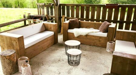 Elke vakantiewoning heeft een zonnig terras met zicht op de omgeving en het Massif du Sancy.