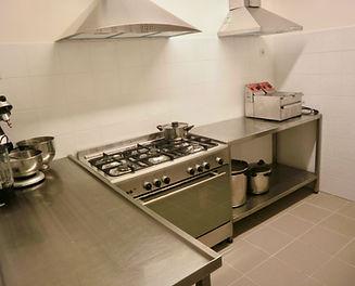 Professionele keuken met apparatuur, ideaal voor groepen of grote families om samen te koken.