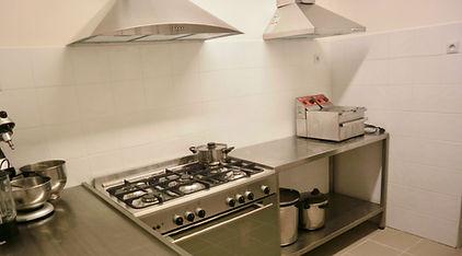 Une cuisine bien equipée pour les groupes ou grandes familles est à votre disposition.