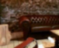 Een gezellige zithoek beneden in de zaal voor groepen of grote families