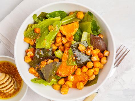 Теплый салат с запеченными тыквой и нутом с горчично-медовой заправкой.