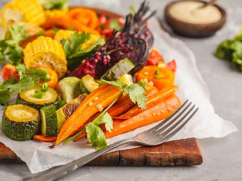 Салат с запеченными овощами, киноа и тахини заправкой (vegan)