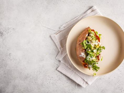 Запеченный батат с киноа салатом и тахини (vegan)