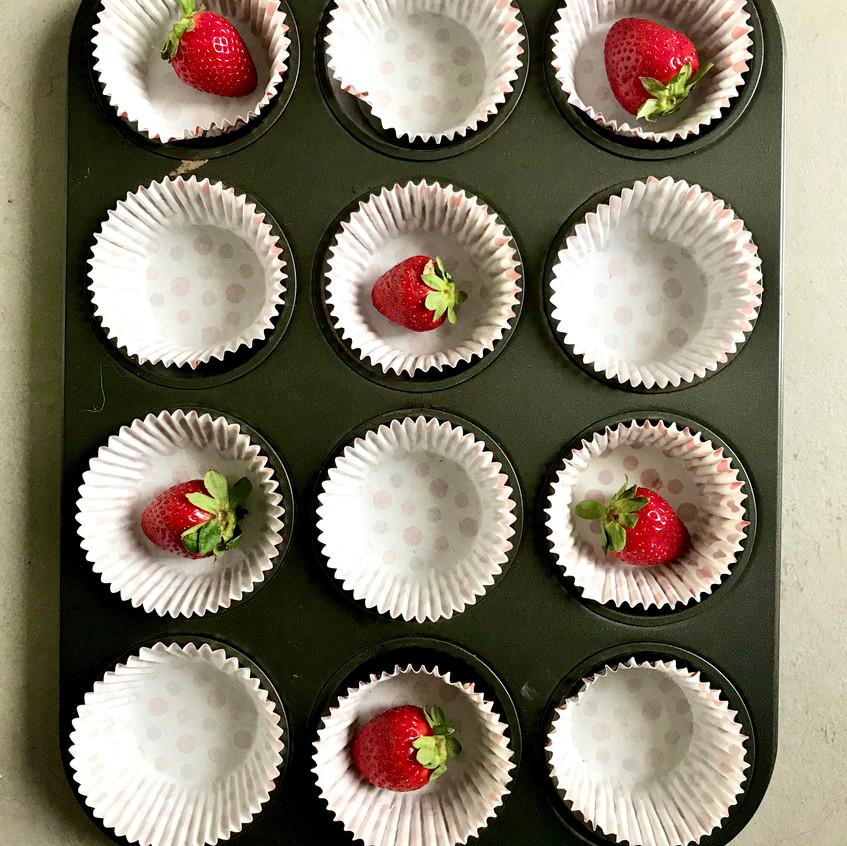 preparazione stampini muffin alle fragole
