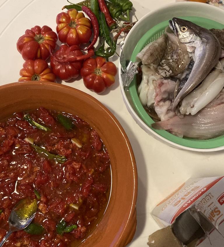 pomodoro pesce pilito  per brodetto alla vastese nel cossio piatto tradizionale abruzzese