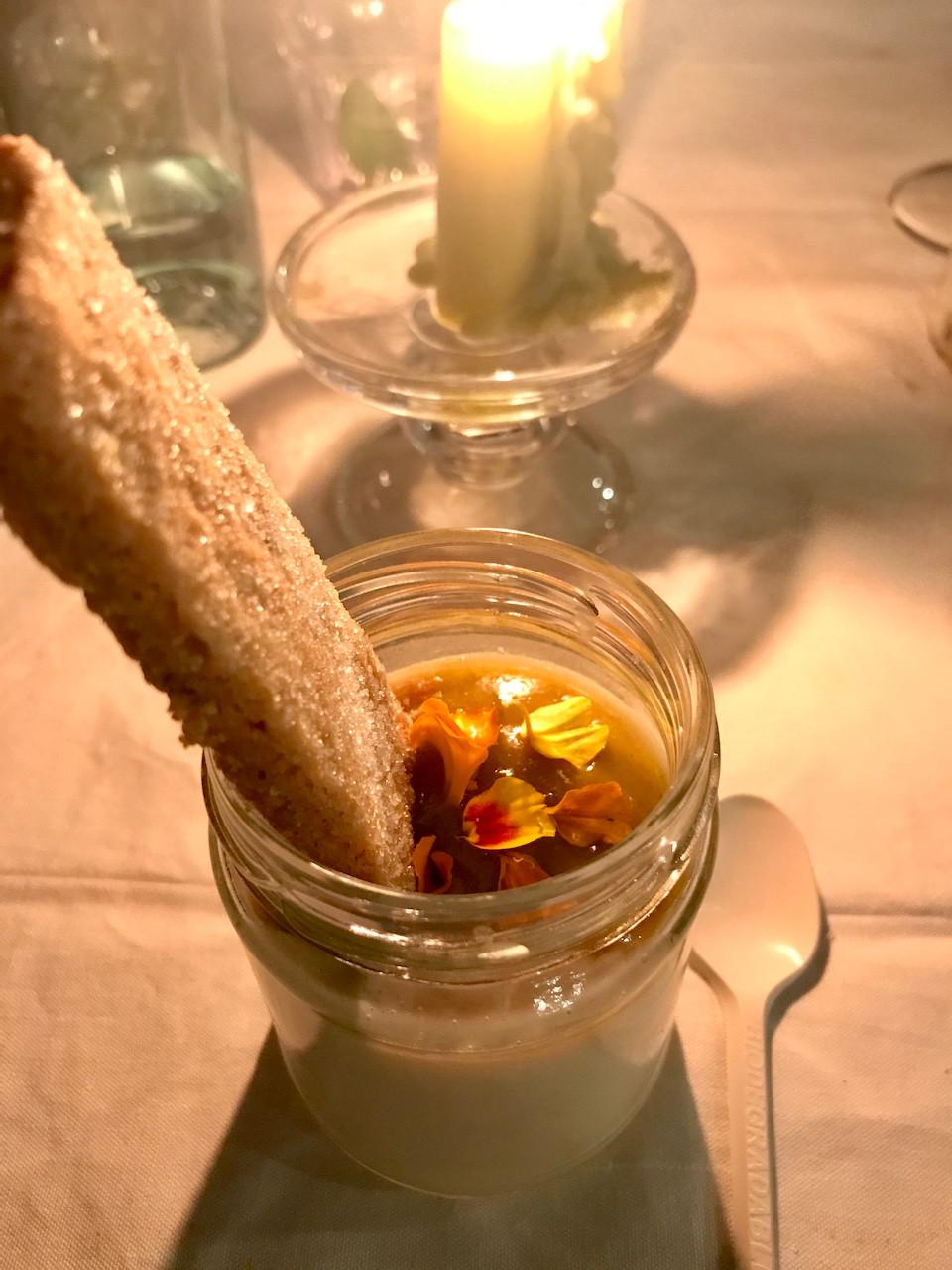 Lemon Posset, dolce di origine inglese, servito con un biscotto al burro, coulis di uva fragola, succo di agrumi e fiori commestibili torte felici cena nell'orto