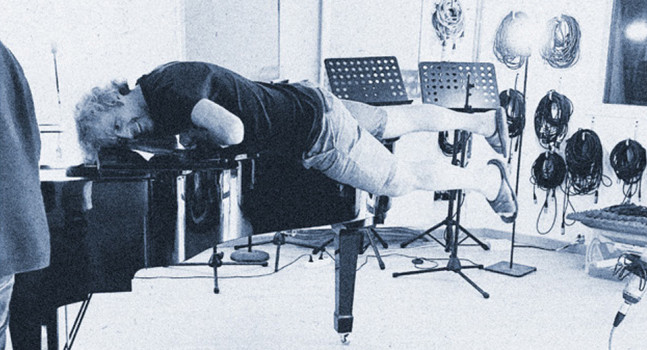 Yves Meersschaert hugging his piano