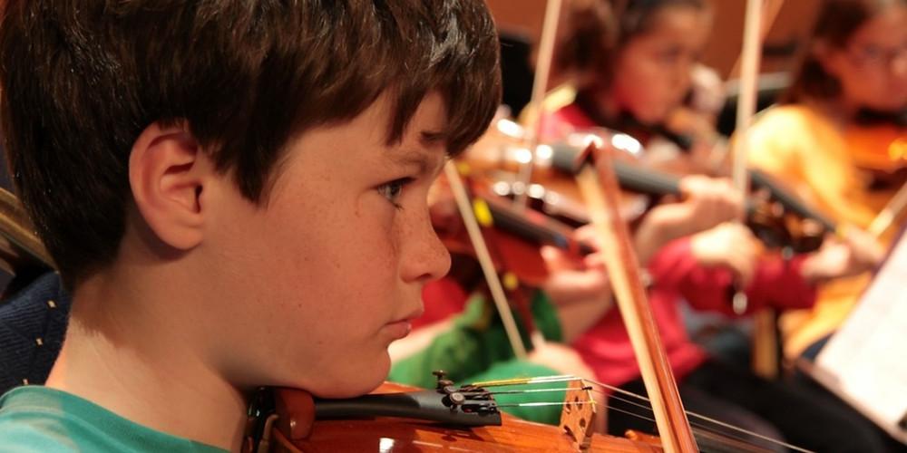 grupo de niños tocando el violín