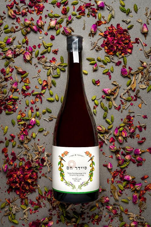 סיידר אגסים אלכוהולי מתובל במרווה, עלי ורדים והל