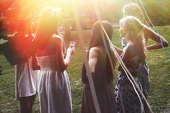 屋外パーティーで女の子