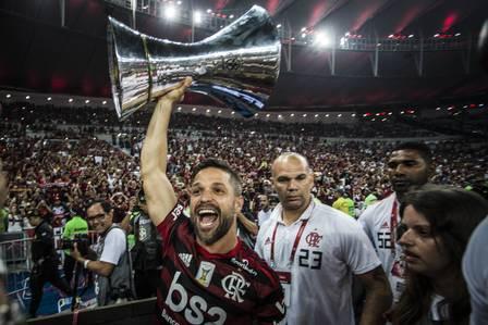 Flamengo faz a festa da torcida e levanda a taça do Brasileirão no Maracanã