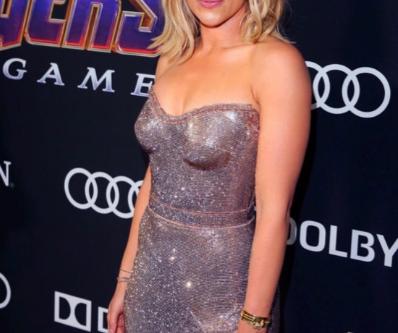 Scarlett Johansson maravilhosa de vestido Versace.