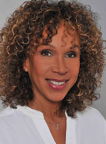 Tina von Carlowitz ist Business und Lifecoach und hat eine Praxis für Psychotherapie. Sie bietet Hypnose, Sporthypnose, RET (kognitives Verhaltenstraining und achtet auf Nachhaltigkeit. Als Kommunikationstrainerin untersützt sie u.a. in Rhetorik, Körpersprache, Präsenz. Sie bietet Stressprävention und Resilienztraining.