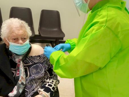 Ya ha comenzado la vacunación de las personas mayores de 80 años y de personas dependientes