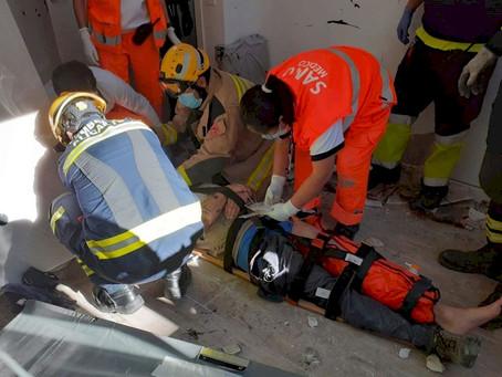 Rescatado un herido tras caer desde un tejado a 5 metros mientras trabajaba en Alicante.