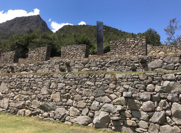 Hallan un nuevo monolito metálico de origen desconocido en Machu Picchu