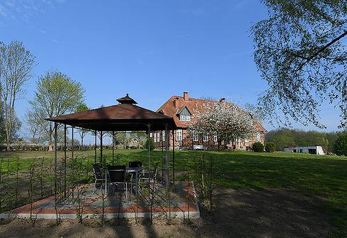 3-Gutshaus vom Garten aus.jpg
