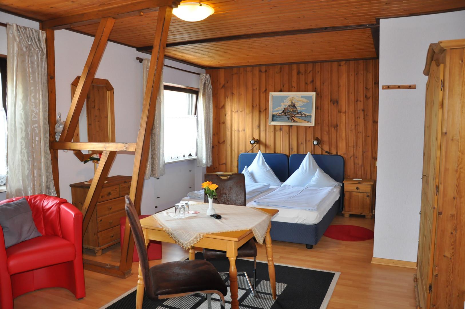 Zimmer mit Doppelbett und Sofa