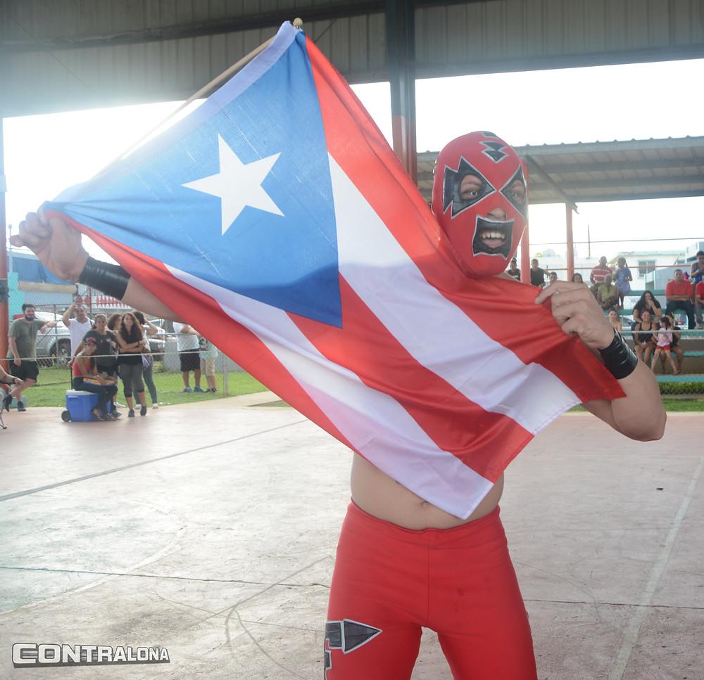 Fast Forward con bandera de Puerto Rico en mano.