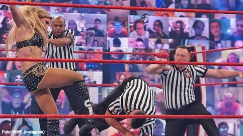 WWE: La acción de Charlotte Flair nos enseña por qué a los árbitros hay que respetarlos